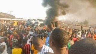 Beryl TV protesters-on-abuja-highway-320x180 Northern Youths Protest on Abuja-Kaduna Highway, Demand End to Kidnapping, Banditry 2 days ago News Nigeria Daily Entertainment News | Top headlines | Celebrity News and lifestyle - Beryl Tv